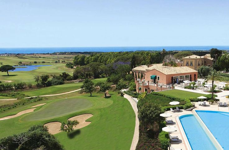 Donnafugata Golf Resort & Spa      Perche' consigliano questa struttura:    Uno charming di lusso e' il protagonista delle spiagge iblee che con la sua eleganza di arredi sia interni che esterni, messi in evidenza da due campi da golf e da una vera