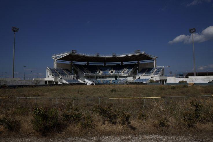 Le stade abandonné du complexe d'Hellenikon qui a accueilli la compétition de softball pendant les Jeux d'Athènes en 2004,16 juillet 2014.
