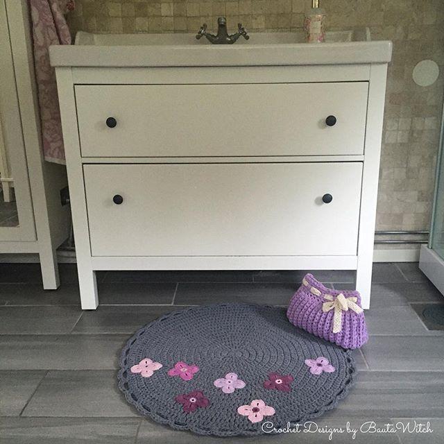 Nya mattan på plats i badrummet! 🌸 Mönster kommer i bloggen. Där hittar du även mönster på min necessär! BautaWitch.se/DIY 💜 #crochet #virka #virkat #matta #bautawitch #necessär #ribbonxl #catania #hoookedzpagetti