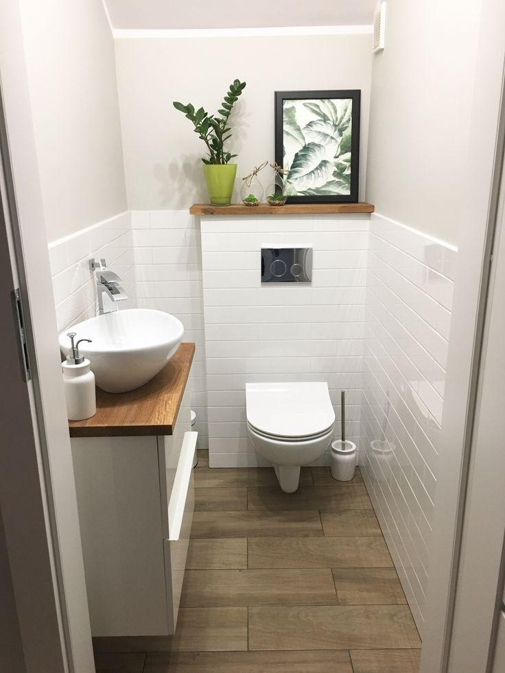 Toaleta pod schodami