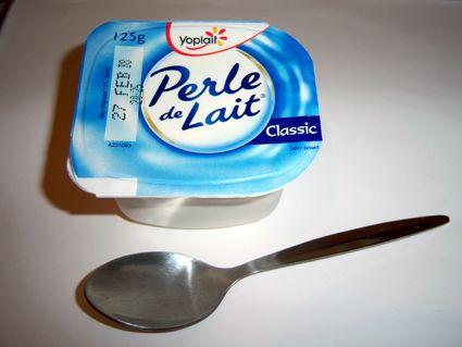 Le packaging primaire du yaourt Perle de lait, contrairement à l'intention cosmétique  du produit, est très classique et conforme à la majorité des yaourts de la même gamme.