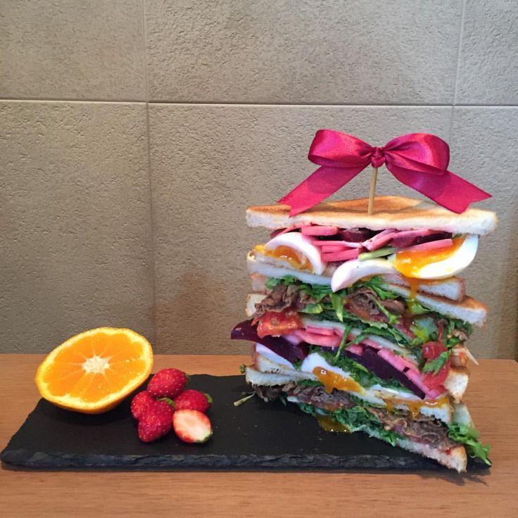 🎀HappyValentine🎀 タワーサンドとフルーツ🍓🍊 ・ #たまごサンドイッチ #ビーフサンドイッチ #ビーツ #もものすけ #わさび菜 #タワーサンド #サンドイッチ部  #sandwich - rico___stagram