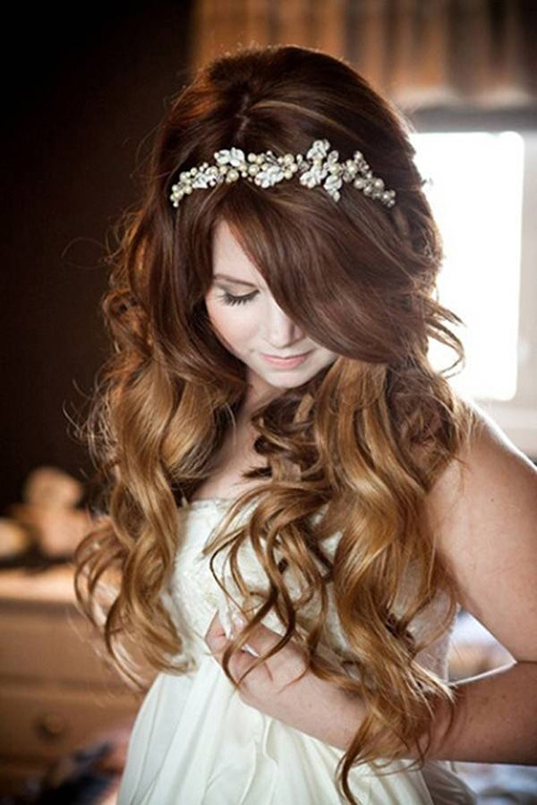 Las diademas de pedrería adornan un peinado muy sencillo con ondas naturales