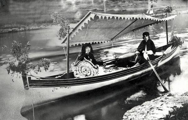 Meşhur piyangocu Nimet Abla, Göksu Deresi'nde sandal sefası yapıyor... (1929)