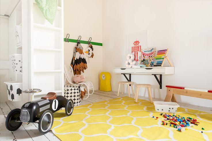 Ruimtegebrek in de kinderkamer: hang een wandplank met lades op als bureau voor een ruimtelijk effect | IKEA IKEAnederland IKEAnl wooninspiratie inspiratie kinderkamer speelkamer slaapkamer kinderslaapkamer EKBY ALEX VALTER plank bureau FLISAT kinderkruk kruk TROFAST bakken LATTJO adelaarskostuum kostuum verkleden