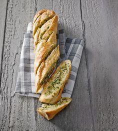Knuspriges Baguette mit Knoblauch-Kräuter-Butter