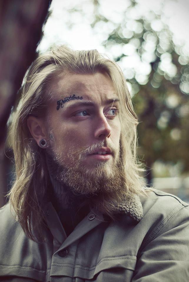 BEARDS, MOTHERFUCKERS AND TATTOS - Ele tem tudo para não ficar bem, mas...ledo engano, cabelo longo, barba, brinco ou alargador de orelha (é assim que se fala?), tatuagem na testa e assim mesmo é LINDO!