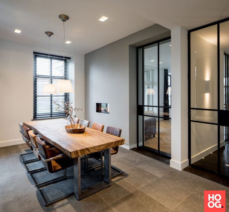 Houten eettafel met luxe stoelen | Pastorie - Medie Interieur architectuur | eetkamer design | dining room | dining room design ideas | Hoog.design