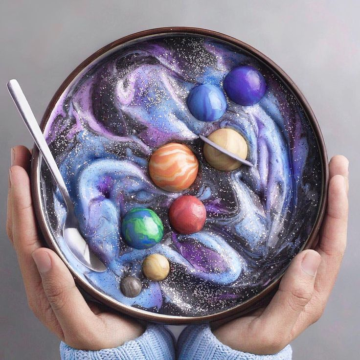À 16 ans, il devient une star d'Instagram en créant des smoothie bowls colorés et extremely créatifs