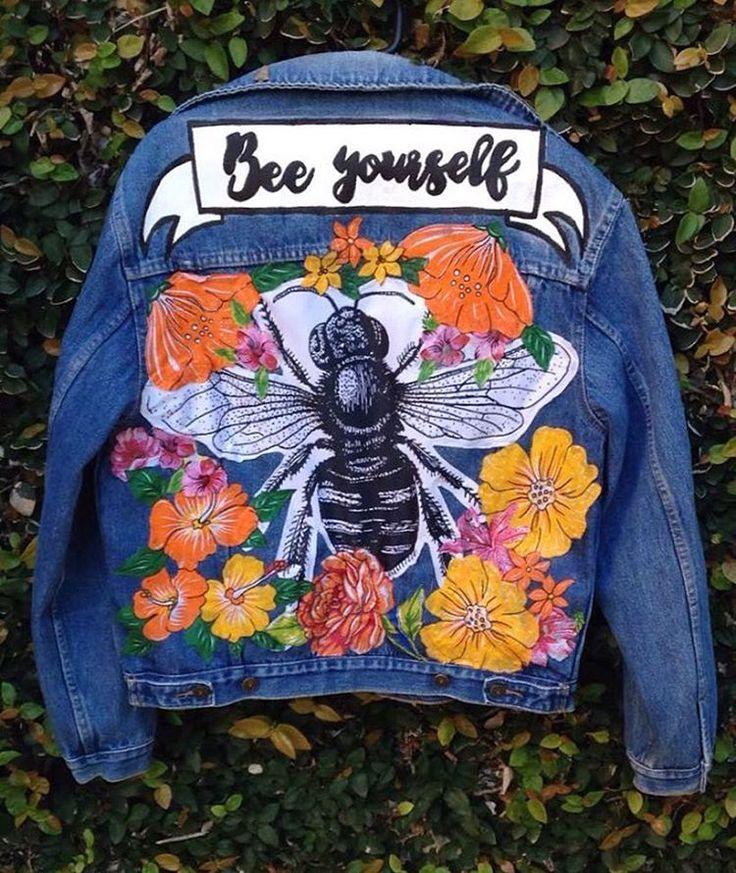 A família da Carol cria abelhas e ela queria juntar sua paixão com uma jaqueta que já parecia sem graça sendo lisa! Resolvido! ✨ quer uma jaqueta assim também pra contar a tua história? Nos chama no inbox!