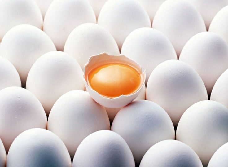 Крепкие ногти - яйца (белок - для нашей соединительной ткани, жирорастворимые витамины) также в них содержится биотин, который и отвечает за прочность ногтей. Достаточно скушать пару яиц в неделю. -> биотин, который поможет вашим ногтям стать крепче и не слоиться. Однако не рекомендуется употреблять больше двух яиц в сутки, так как в них содержится много неполезного холестерина.