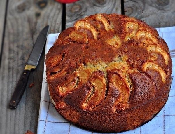 Üzeri elma dilimli kek nasıl yapılır ? Bu elmalı kek te, elma dilimleri üzerine yerleştirildiği için bana diğer elmalı keklere göre çok daha pratik geliyor. İçi değil de sadece üzeri elmalı kek. Üzerindeki elmalar şeker ve tarçınla birlikte karıştırıldığı için fırında karamelize oluyor ve kek çok yakışıyor. Miss gibi de tarçın kokusuyla,kış aylarında en sıkRead More