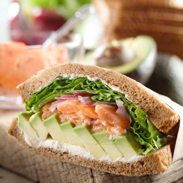 スターバックス コーヒー ジャパンのアボカド&サーモンサンドイッチについてご紹介します。
