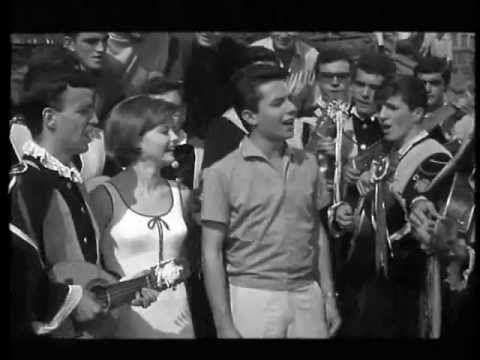 """Rocio Durcal y la Tuna En """"Acompañame""""  (1966). Aparece la Universidad de La Laguna ¿Reconocen el lugar? #Musica de #Cine #BSO"""