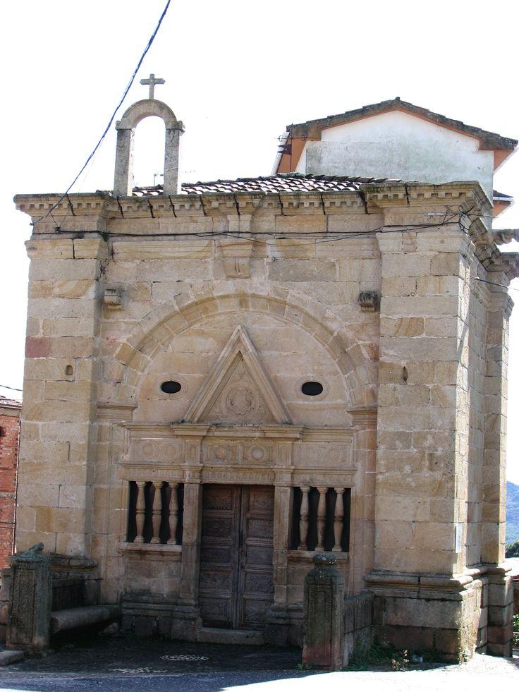 La Ermita del Cristo del Humilladero recuerda a la típica Sinagoga. Esta portada del siglo XVI se le atribuye a Pedro de Ibarra.