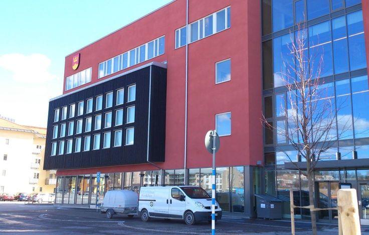 """Knivsta Kommunhus, Knivsta Byggnaden är en """"Green Building"""", vilket innebär att det använder minst 25 procent mindre energi än normen och därmed ger mindre koldioxidutsläpp och klimatpåverkan.  Fasadsystem: Serporoc.  Putsentreprenör:  Mälardalens Mur & Puts, Certifierad Weber Fasadentreprenör"""