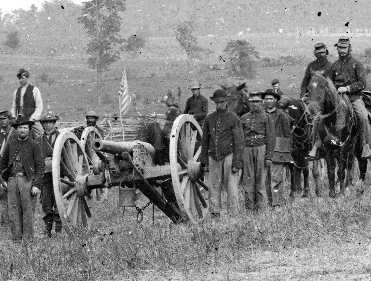 Dieses bemerkenswerte Foto gibt ein Detail mit Kanone, Flagge, Soldaten und einer wahrscheinlichen Begräbnismannschaft im Hintergrund zum Recht der Flagge. Das ist Knap's Batterie, die bei Antietam in der Nähe eines Pferdekadaveres am 20. September 1862 unbeschwert ist. Das sieht nordwärts von der Nähe des Maryland Monuments zum Cornfield aus. Stellen Sie sich vor, was diese Männer und diese Felder gerade gesehen haben.