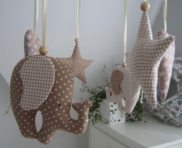 Mobile - móviles - elefantes, corazones, estrellas de color beige - una pieza de diseño de Feinerlei en DaWanda