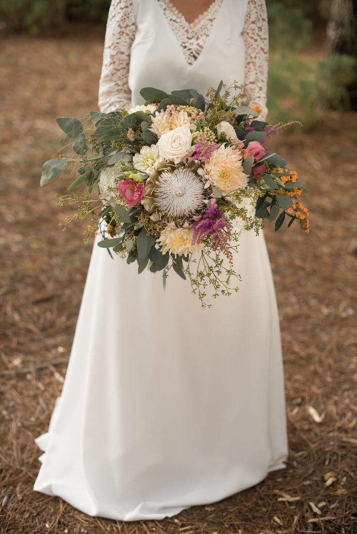 Bouquet de mariée bohème, couleurs pastel rosé pêche : eucalyptus, protea, rose, dahlia, astilbe