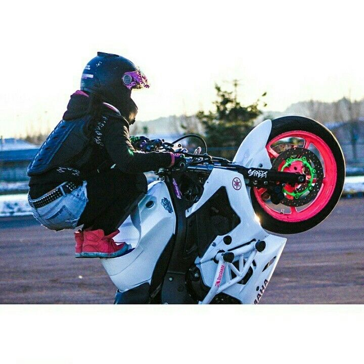 Sponsored Rider @drea253stunts Locking in those tank tricks #frogger #zeusarmor #dowork #yamaha #r6s #stunt #crashcage #proseries #strong #shortycheatersubcage #pink #white