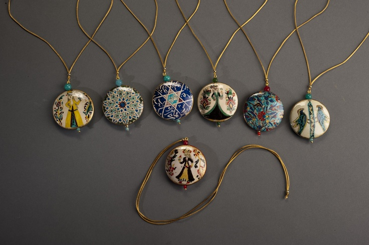 Suna ve İnan Kıraç Vakfı Kütahya Çini ve Seramikleri Koleksiyonu'ndan ilham alınarak tasarlanmış kolyeler | Necklaces inspired by the Suna and İnan Kıraç Foundation Kütahya Tiles and Ceramics Collection.
