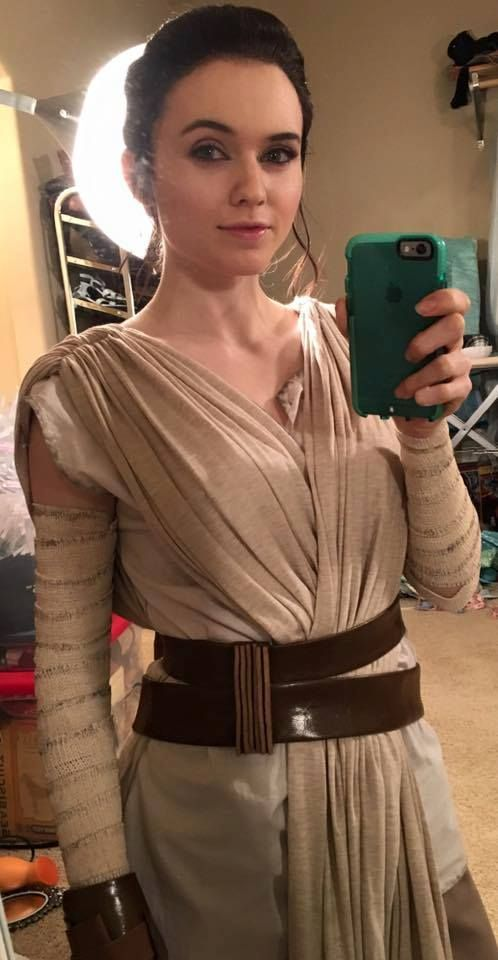 Cosplay Selfie Rey from Star Wars: The Force Awakens Cosplayer: Amouranth