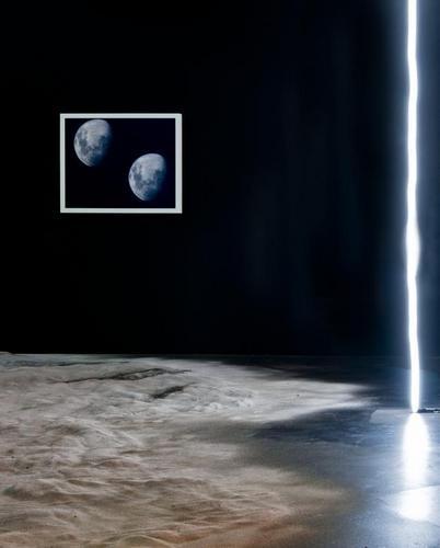 Peter Coffin, Untitled (line), 2010. Roe Ethridge, Moon, 2003. Roger Hiorns, Untitled, 2008. Exposition Dystopia, 2011, CAPC. Photo F. Deval © Mairie de Bordeaux