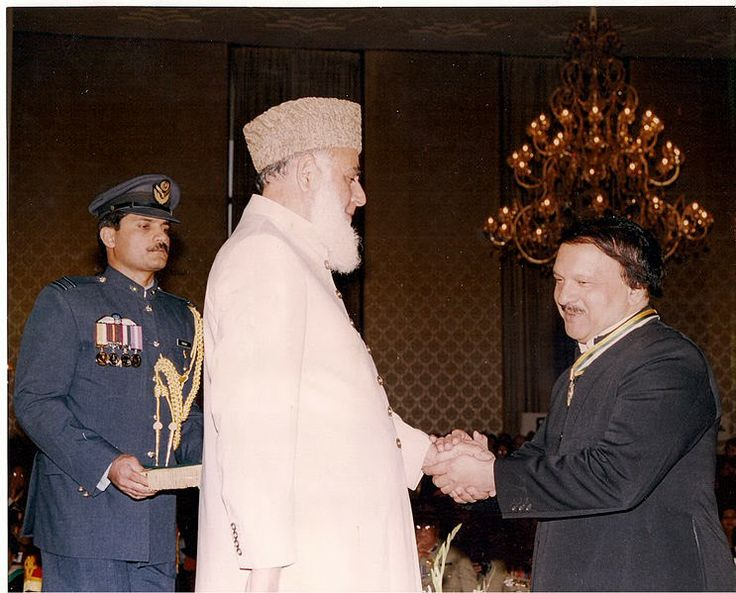 Dr. Amjad Parvez receiving Pride of Performance Award from President of Pakistan on March 23, 2000
