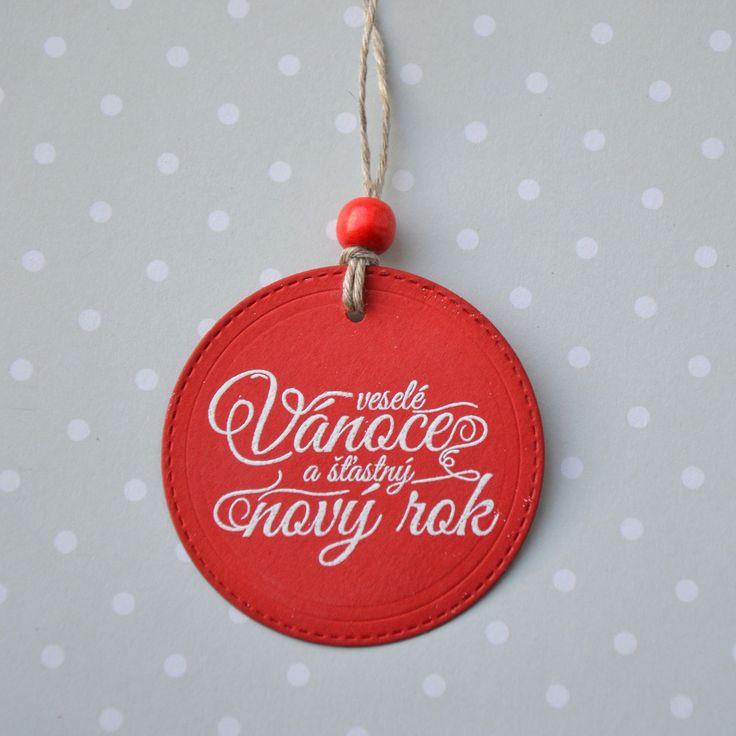 Veselé+Vánoce+a+šťastný+Nový+rok+4+Cedulka+má+průměr+63+mm.+Na+text+jsem+použila+techniku+horkého+embosování,+povrch+textu+je+lesklý.