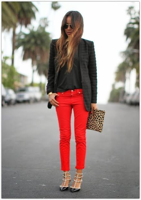 Den Look kaufen: https://lookastic.de/damenmode/wie-kombinieren/sakko-t-shirt-mit-rundhalsausschnitt-jeans/18146   — Schwarzes Sakko  — Schwarzes T-Shirt mit Rundhalsausschnitt  — Rote Jeans  — Beige Wildleder Clutch mit Leopardenmuster  — Schwarze beschlagene Leder Pumps