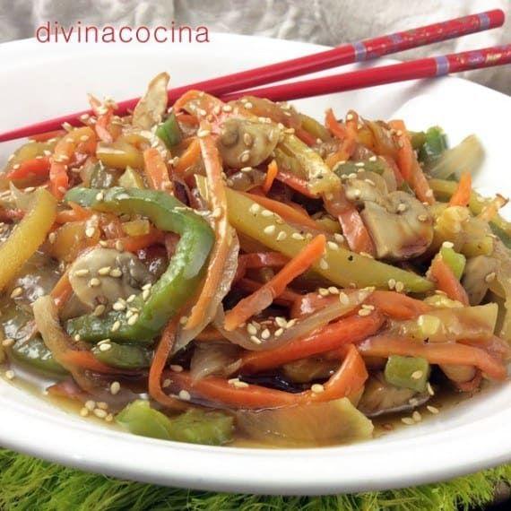 Toma champiñones, repollo, pimientos de varios colores, zanahoria, cebolla y estarás listo para saltear todo esto en un wok con vino blanco, ajo y salsa de soya. También puedes usar las verduras de tu preferencia y no olvides espolvorear con semillas de sésamo cuando lo vayas a servir en el plato. Encuentra las receta detallada aquí.