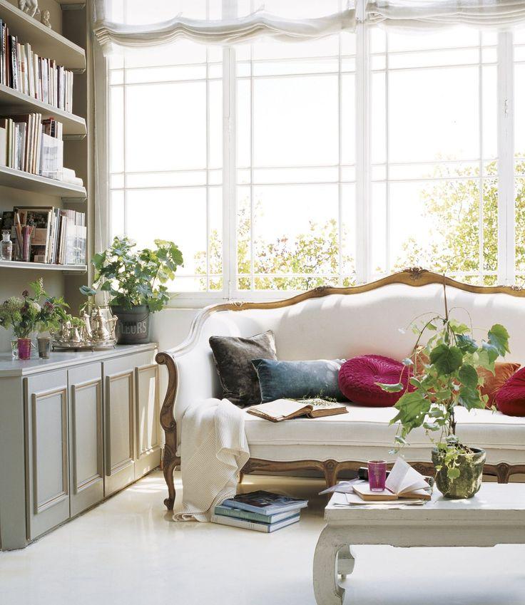 Telas de terciopelo  Para no recargar, no lo utilices en grandes piezas, sino en auxiliares y complementos, como en este salón de Ana Ros.
