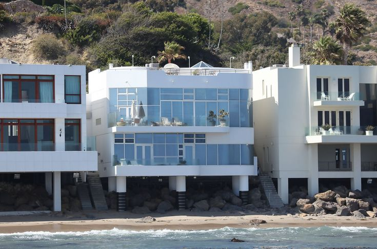 Halle Berry (Malibu) Every room in Halle Berry's beach house has an awesome view. Look at all those windows and balconies -- not to mention the roof!