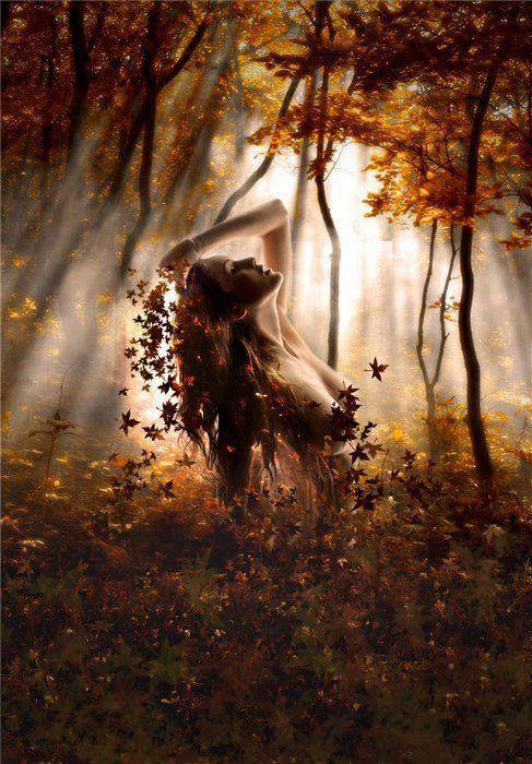 """Z koszem grzybów leśnych w liściach żółtych brodzi. W babie lato strojna dostojnie nadchodzi  Płodem ziemi dojrzała resztką lata gorąca. Głód mój nasyć i ogrzej dymem ognisk pachnąca.  Kasztanowe Twe włosy skóra śnieżnobiała. Jagód pełne twe imię za mgłą skryta… (nie)cała  Odys, październik 2014 """"Jesienna fantazja""""...  art. by Natali Orion"""