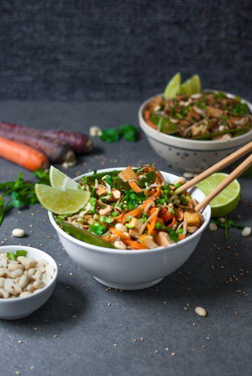 Low Carb Pad Thai Rezept mit Gemüsenudeln und Tofu für ein schnelles asiatisches Abendessen. #vegan #laktosefrei #glutenfrei #thailändisch #vegetarisch #zuckerfrei #gesundkochen #nudeln - www.appleandginger.de