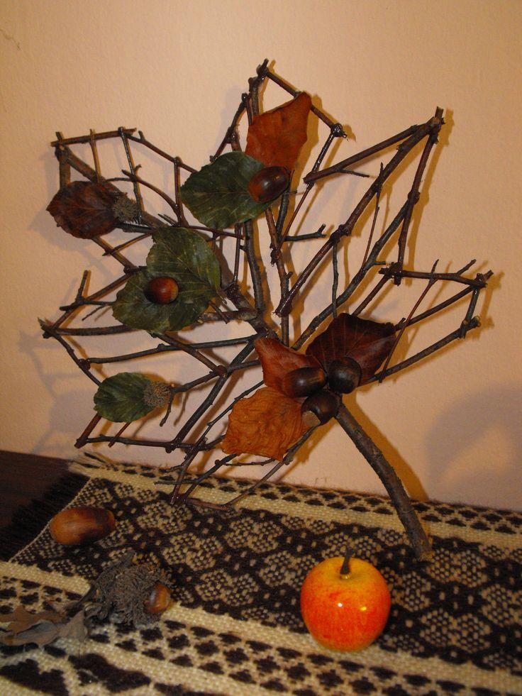 Faágakból és termésekből készített falevél formájú őszi dekoráció. Nagyon mutatós, feldobja például a régi komódot, de akár ajtódísznek is remekválasztás. :)