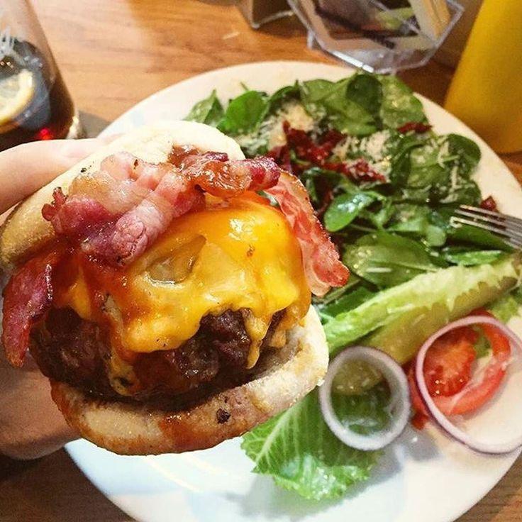 """Foodporn level 1000  """"BBQ Burger"""" mit extra Cheddar für ca. 14 bei The Bird  Schon unsere Foodguide App geladen? Nope? Dann aber los jetzt @asmarchris  #foodguideapp #hamburg #hansestadt #hhfood #welovehh #welovehamburg #hamburgfood #ig_hamburg #hamburgstagram #hamburgerecken #ilovehh #ilovehamburg #foodhamburg #restauranthamburg #hamburgrestaurants #hamburgrestaurant #hamburgeats #igershamburg #fresh #travel #healthy #foodie #salat #extracheese #fastfood #stpauli #burger #thebirdhamburg…"""