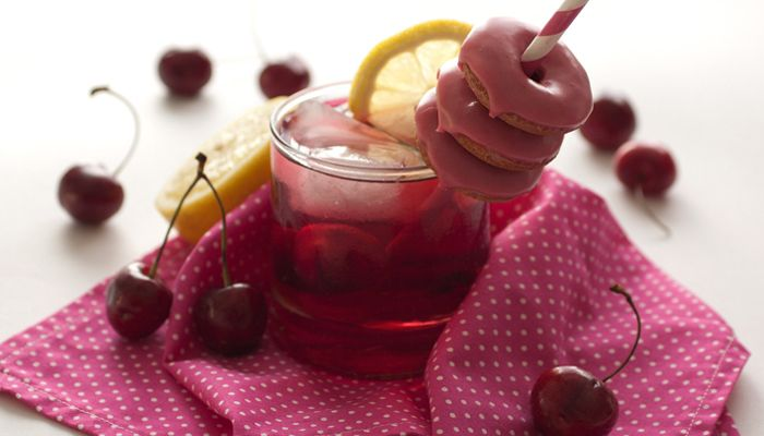 #Recetas >> Dulces hechos a base de ¡limonada rosa! Foto: hotpolkadot - Mini rosquillas rosas - Tarta pink lemonade - Polos rosas - Pastelillos de limonada pink - Cupcakes rosas