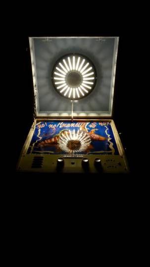"""Lampe table de chevet Vintage """"No ! No ! Nanette no ! No !"""" : Ancien tourne disque année 60 Melodyne transformé en table de chevet avec lampe led incorporée dans l'enceinte. Le bouton du volume sert d'interrupteur. Décors du plateau ancienne pochette de disque vinyle collée puis vernie. Pieds sur roulettes récupérés sur une ancienne table basse des années 60."""