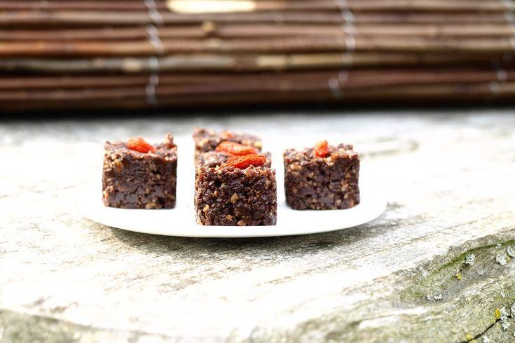 Ik ben helemaal gek op deze rauwe 'brownies'. Het kost maar 5 minuten om ze te maken! Ik gebruik vierkante siliconen ijsmallen voor de vorm, maar iedere andere mal is ook ...