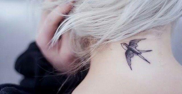 Schwalben Tattoo im Nacken