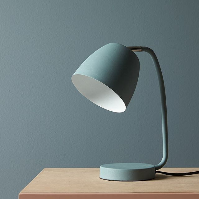 Giv hjemmet farve og stemning med en skulpturel bordlampe! 👌 TWIST lampe: 349,- #ilvabolig #bordlampe