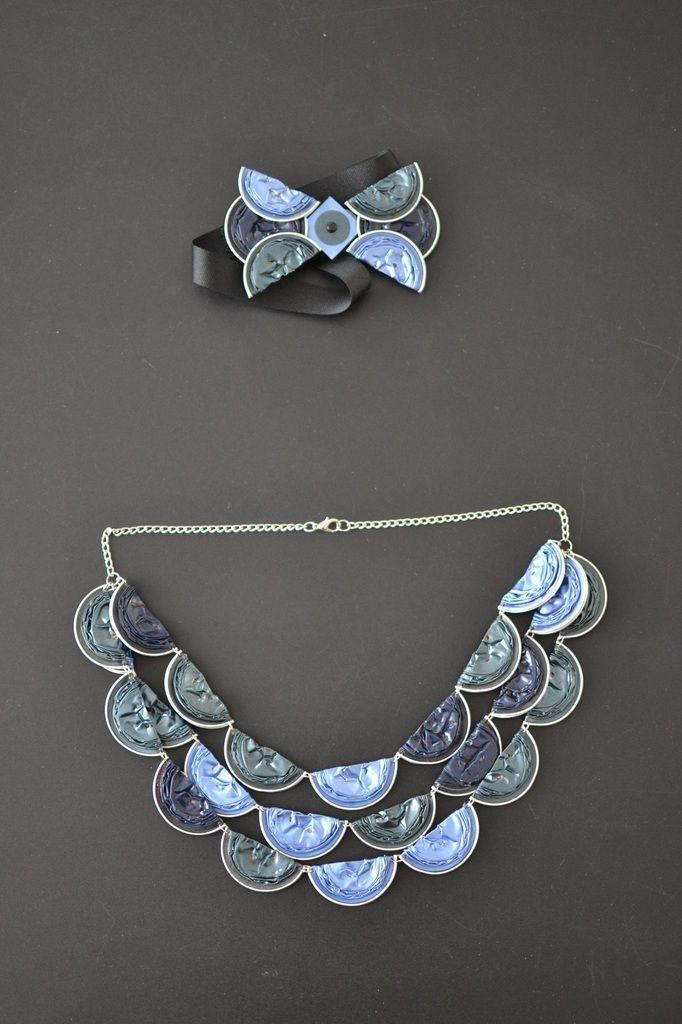 Noeud papillon et collier demi-lune fourni bleus en Capsules Nespresso
