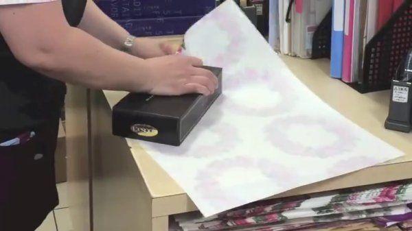 V tomto krátkém videu uvidíte, že celou dobu jste balili dárky pro své blízké naprosto špatný. Koukněte se na ten nejjednodušší, nejelegantnější a nejrychlejší způsob!