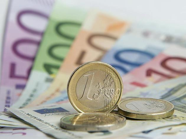 Euro-Banknoten und Münzen.