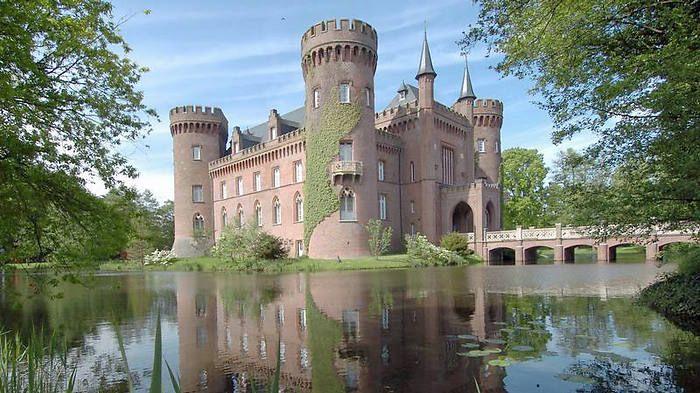 Das Wasserschloss Moyland bei Bedburg-Hau im Kreis Kleve zählt zu den wichtigsten neugotischen Bauten in Nordrhein-Westfalen.