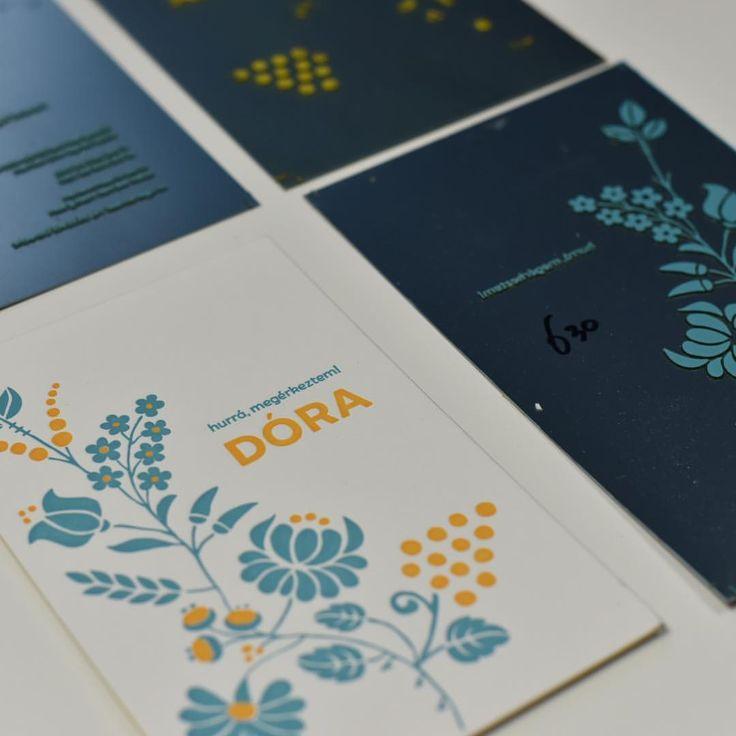 Onze kaartjes worden per kleur en per kant gedrukt op oude degels van minimaal 70 tot 140 jaar oud. Bijzonder aan deze techniek is dat we met drukplaatjes werken waardoor we extra diep in het dikke 600 gram papier kunnen drukken. Wil je de drukplaatjes bij je geboortekaartjes? Laat het ons weten, dan sturen we ze mee met je kaartjes. Deze drukplaatjes is een blijvende herinnering voor later. Uiteraard ook voor trouwkaarten! #letterpers #letterpress #geboortekaartje #drukplaatjes…