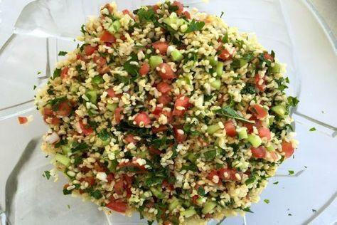Μια χορτοφαγική σαλάτα με πλιγούρι, ώριμες σφιχτές ντομάτες, μπόλικο δυόσμο και μαϊντανό είναι ένα απολαυστικό, ελαφρύ και δροσερό πιάτο για τα μεσημέρια του καλοκαιριού και ό,τι πρέπει μετά την πασχαλινή κρεοφαγία. Η συνταγή και τα μυστικά της είναι από την «Ιερουσαλήμ», το βιβλίο των Γιόταμ Οτολένγκι και Σάμι Ταμίμι, που έκαναν πράξη την αραβοϊσραηλινή συμμαχία.