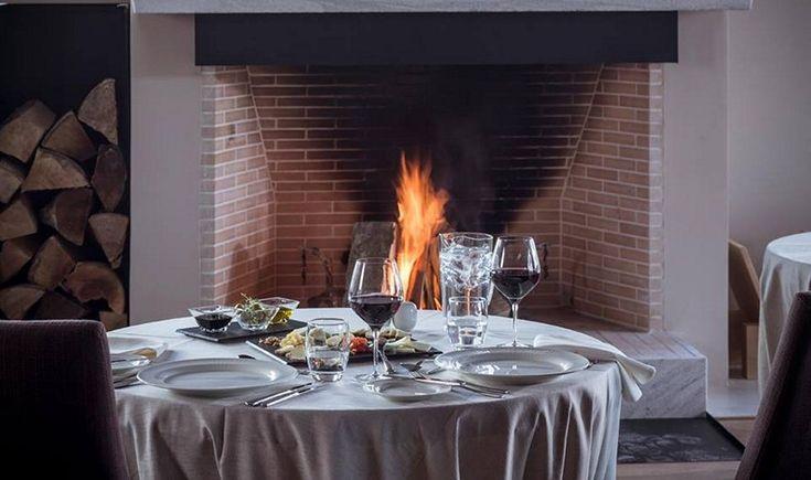 Στα τραπέζια της Ηπείρου στήνονται τα καλύτερα φαγοπότια με λαχταριστές πίτες, νόστιμα και ζουμερά ντόπια κρέατα και αρωματικό τσίπουρο. Ξεχωρίσαμε και σας προτείνουμε μερικά από τα καλύτερα εστιατόρια και ταβέρνες από τη λίμνη των Ιωαννίνων ως τη σκιά της Αστράκας και τη χαράδρα του Βίκου.