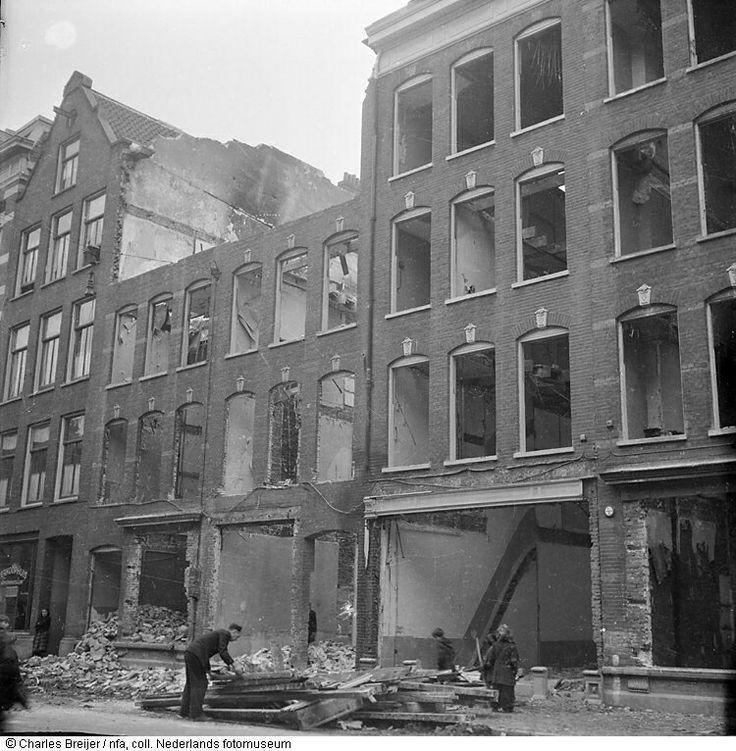 Restanten van huizen in Jodenbuurt, Amsterdam (mei 1945)